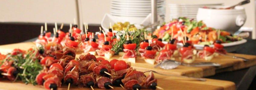 Tapas med spekemat, manchego og oliven.